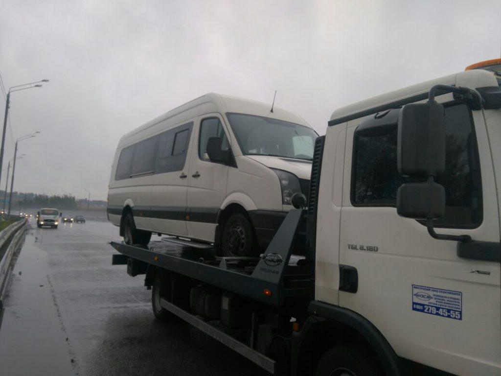 фото эвакуации микроавтобуса в Москве